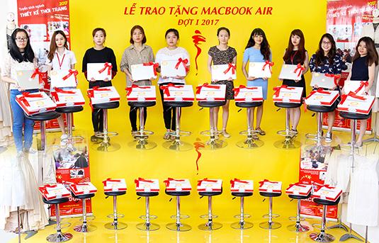 Trao tặng Macbook Air Đợt I năm 2017 cho học viên chuyên ngành Thiết Kế Thời Trang